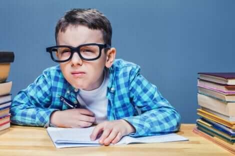 Astigmatismo nei bambini riconoscibile perché tengono gli occhi socchiusi.