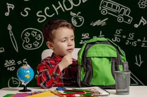 Bambino con dislessia a scuola.