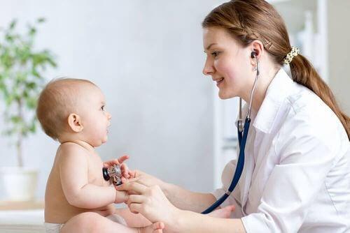 Auscultazione del neonato da parte del pediatra.