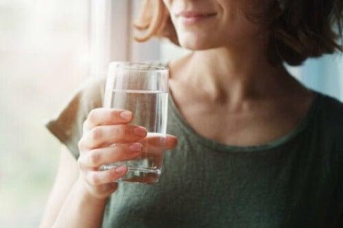Bere acqua per proteggere il microbiota intestinale.
