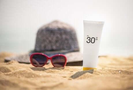 Cappello, occhiali da sole e crema solare 30.