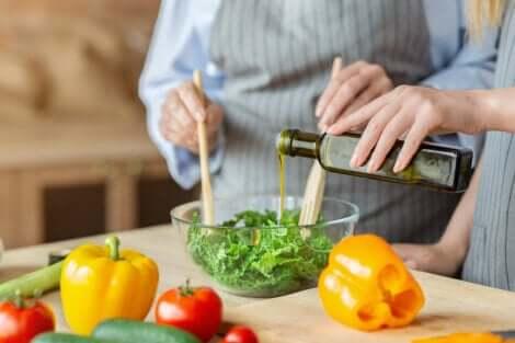 Coppia prepara un'insalata per prevenire la carenza di vitamina A e diverse malattie.