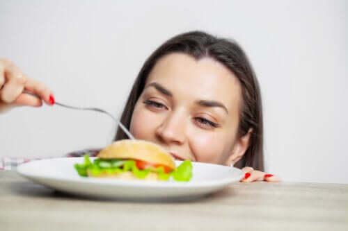 Mangiare troppo: conseguenze e come evitarlo