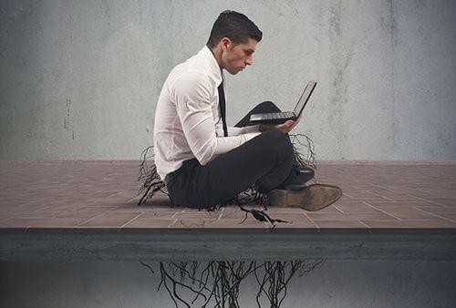 Uomo con dipendenza da internet.