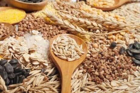Diversi tipi di cereali integrali.