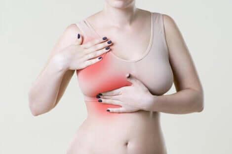 Donna che realizza l'autopalpazione del seno.