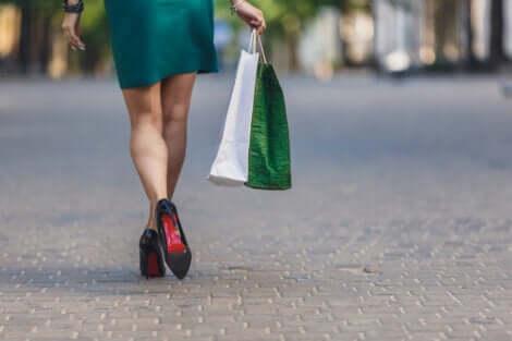 Donna con dipendenza da shopping.