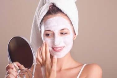Donna con maschera di bellezza.