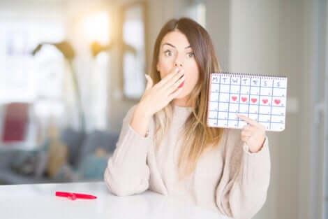 Donna sorpresa e calendario mestruale.