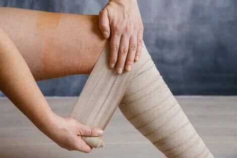 Fasciatura compressiva per le gambe stanche e pesanti.
