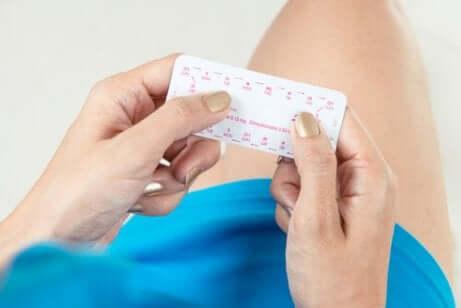 Donna che assume la pillola anticoncezionale.