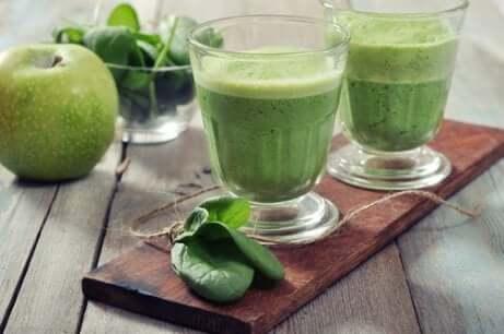 Frullato verde per la colazione.