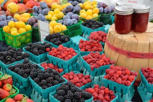 Frutta di diverso tipo al supermercato.