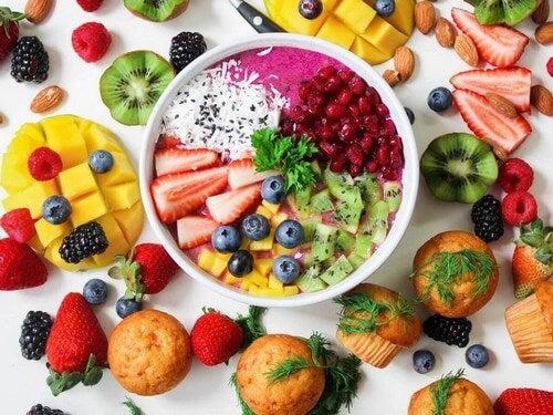 Diversi tipi di frutta estiva.