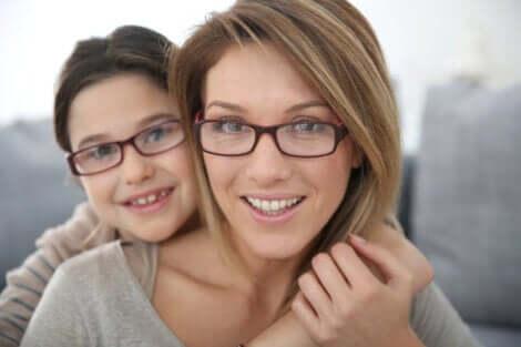 Madre e figlio con gli occhiali.