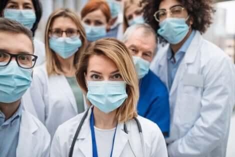 Personale medico con le mascherine.