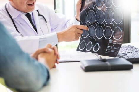 Medico e paziente consultano tac del cervello.