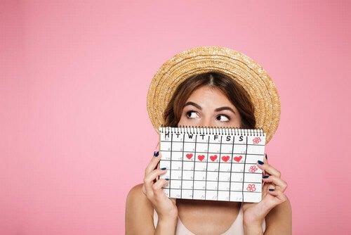 Ragazza con calendario delle mestruazioni.