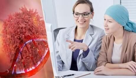 Medico prescrive degli esami a una paziente oncologica.