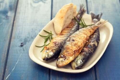 Pesce arrostito in una dieta saziante.