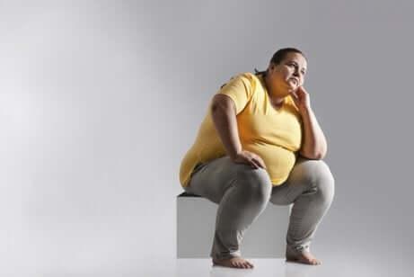 Ragazza obesa non svolge la corretta igiene posturale.