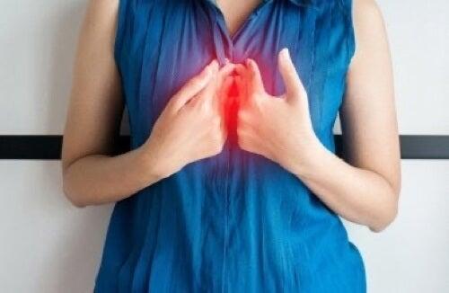 Donna che soffre di reflusso gastroesofageo.