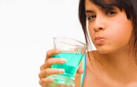 I risciacqui con la clorexidina andrebbero effettuati dopo aver lavato i denti.