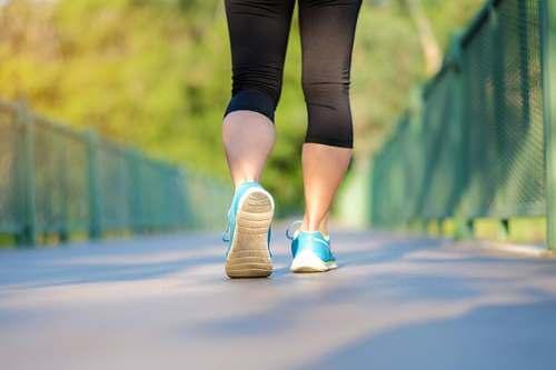 Donna che fa jogging.