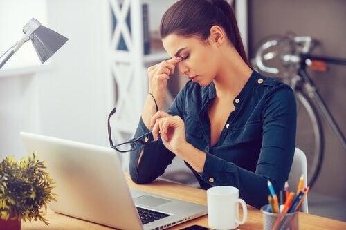 Donna con stress da lavoro.