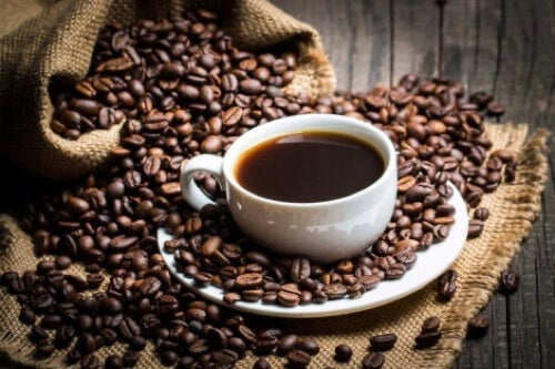 Tazza e chicchi di caffè.
