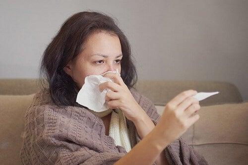Donna che misura la febbre.