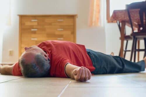 Uomo svenuto sul pavimento.