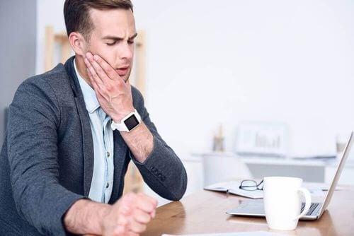 Uomo con dolore all'articolazione temporo-mandibolare.