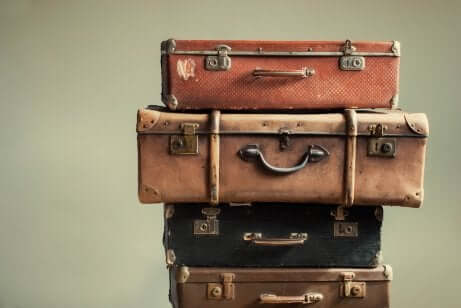 Vecchie valigie impilate.