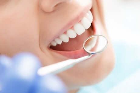 Ispezione della cavità orale durante una visita odontoiatrica.