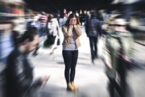 Attacco di agorafobia in pubblico.