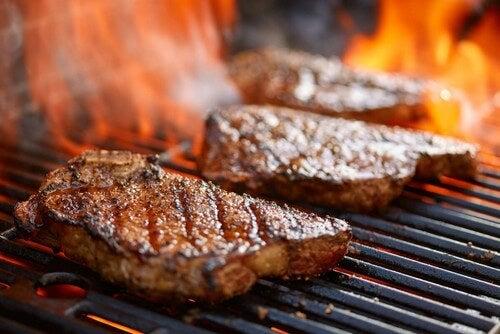 Fette di carne sulla griglia.
