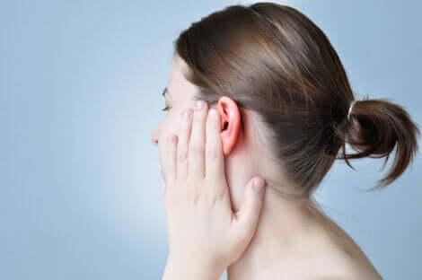 Ragazza con mal di orecchio.