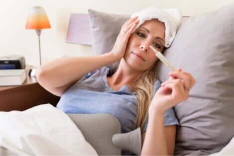 Donna a letto con febbre e cefalea.