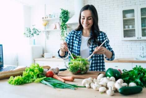Donna che prepara una insalata.