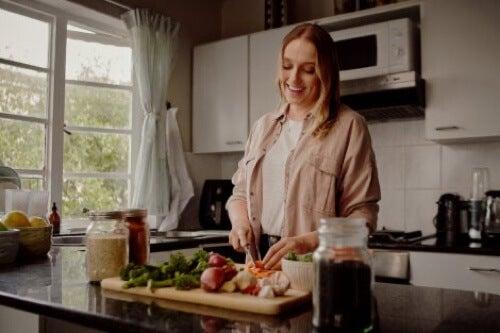 Donna felice perché cenare presto contribuisce a prevenire il diabete.