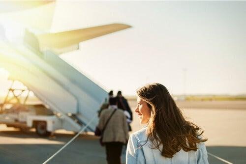 Donna che sale su un aereo.