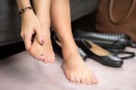 Donna con infiammazione ai piedi.