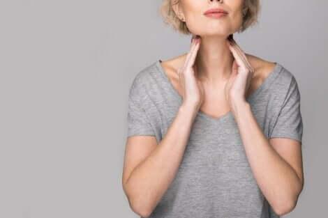 Donna che palpa la tiroide.