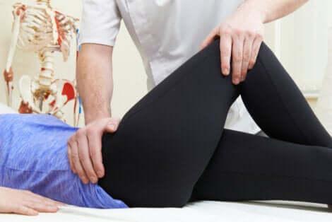 Fisioterapista svolge esercizi per la borsite trocanterica.