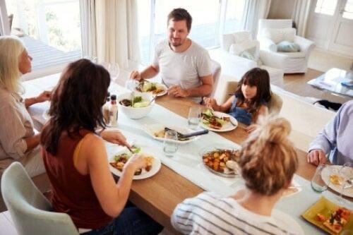 Famiglia a tavola durante il pranzo.
