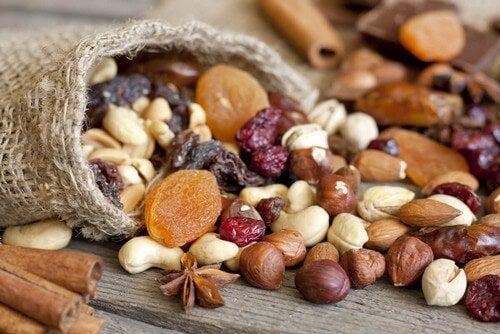 Diversi tipi di frutta secca.