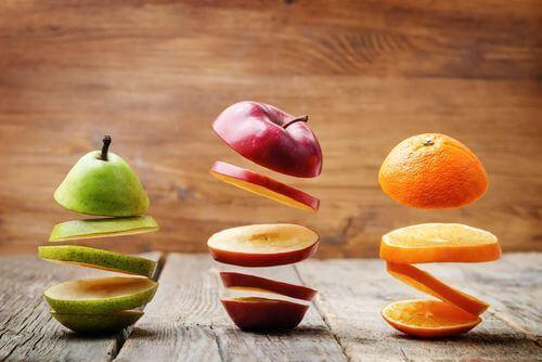 Frutta tagliata in più parti.
