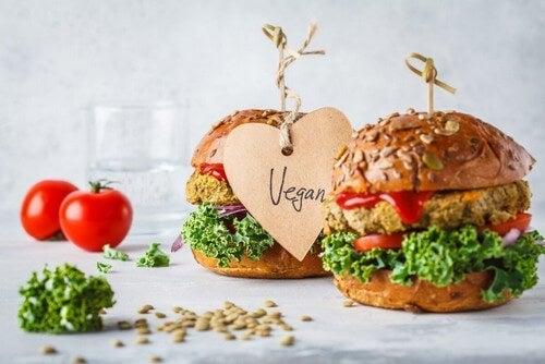 Gruppi di alimenti e panini vegani.
