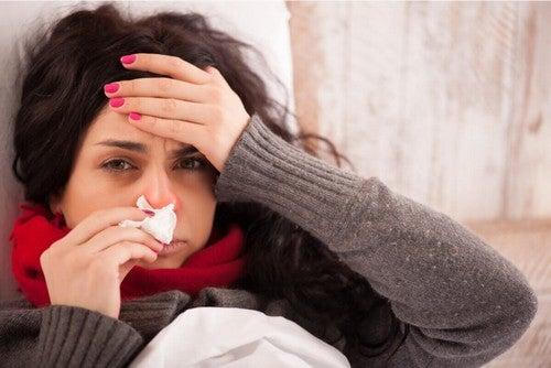 Donna che deve guarire dal raffreddore.